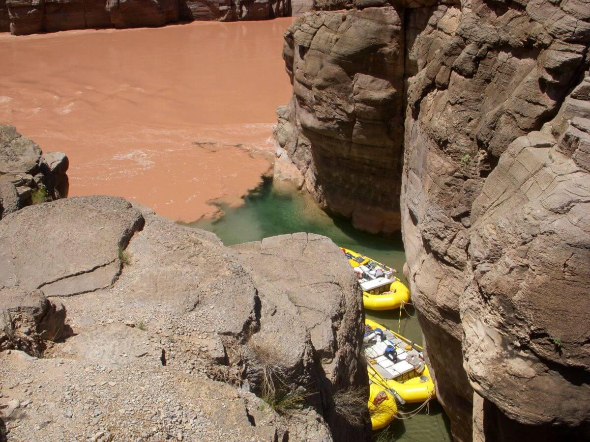 Klarer Fluss zwischen Felswänden mündet in Colorado River