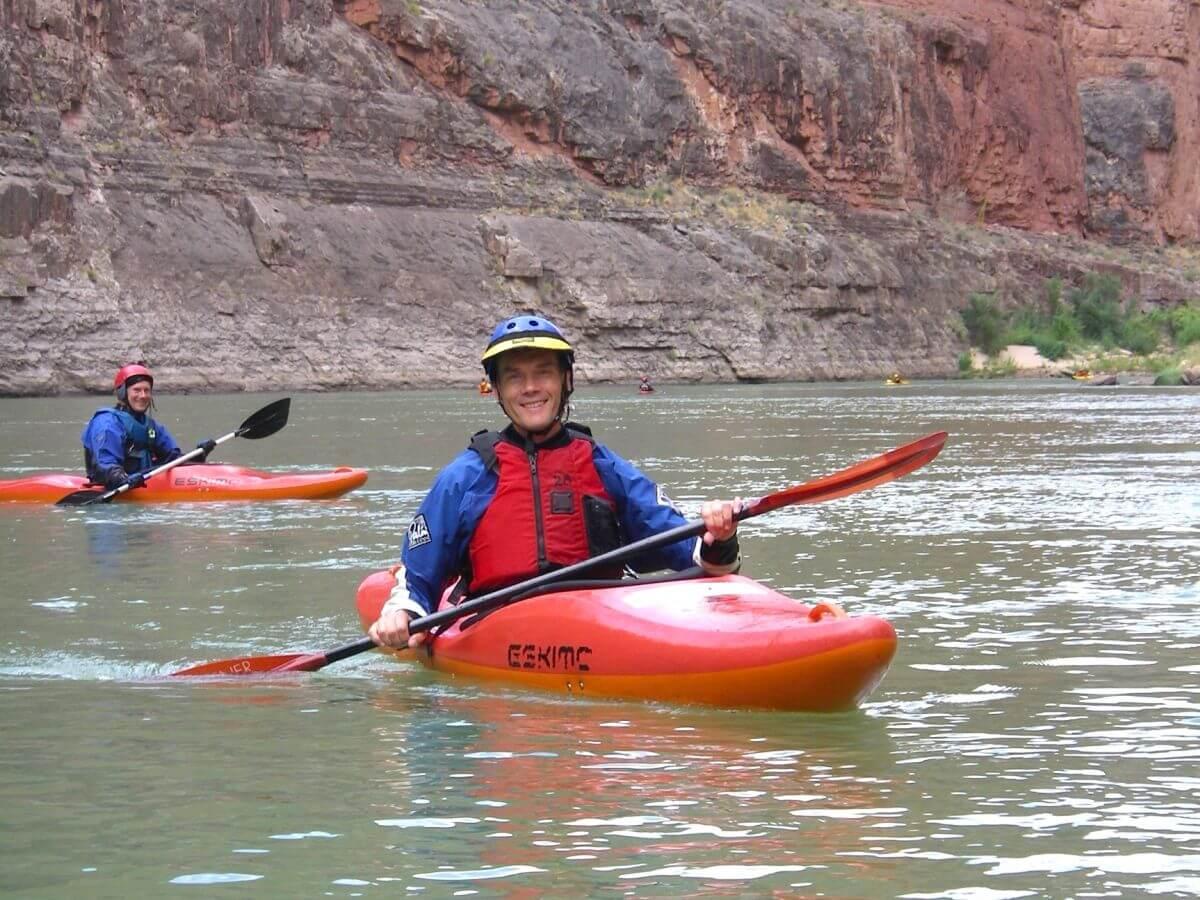 Paddler in rotem Kajak im Grand Canyon
