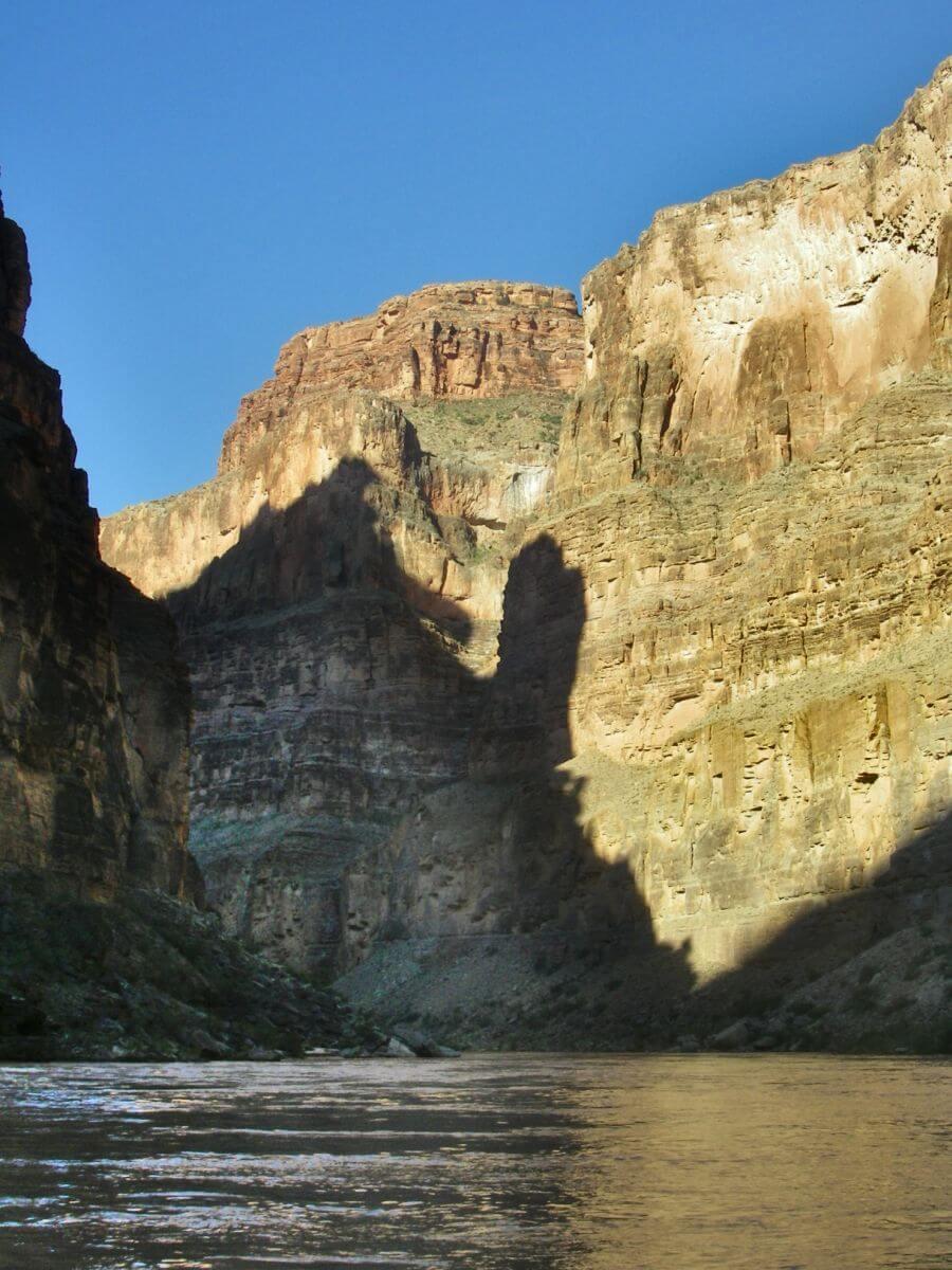 Hohe Felswände des Grand Canyon mit Schattenwurf