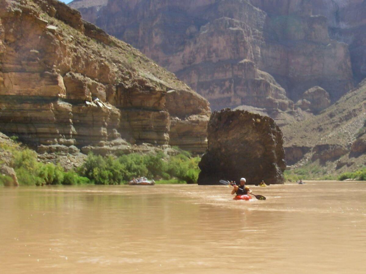 Paddler auf ruhiger, brauner Wasserfläche