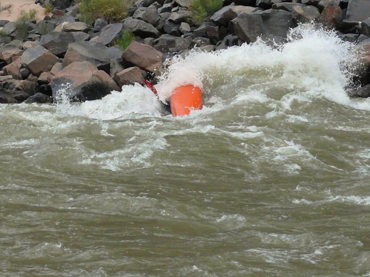 Gekentertes Kajak in wilder Strömung