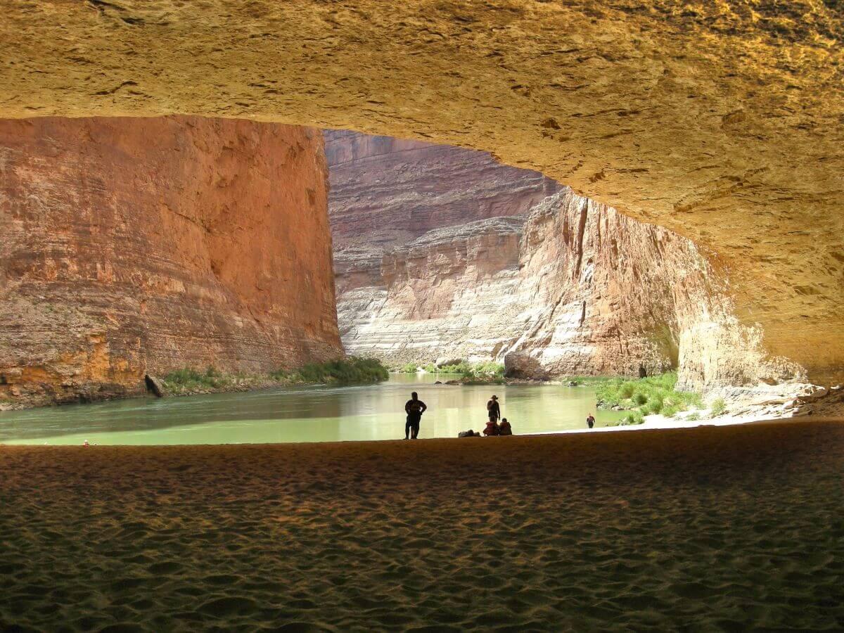 Blick aus einer großen Höhle auf den Grand Canyon