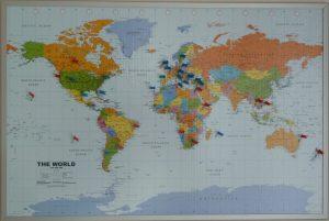 Weltkarte mit Nadeln