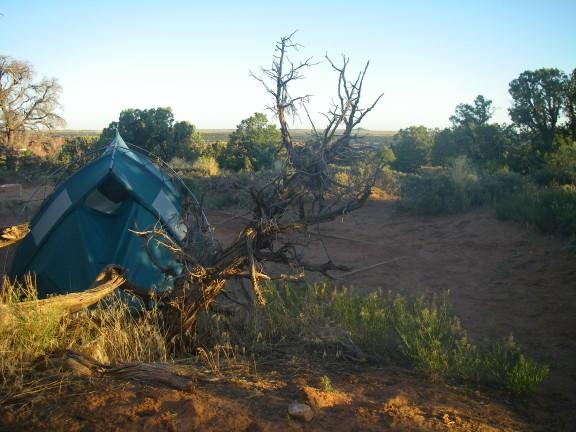 Zelt in Wüstenlandschaft.