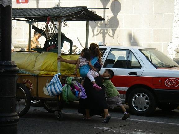 Händlerin mit zwei kleinen Kindern.
