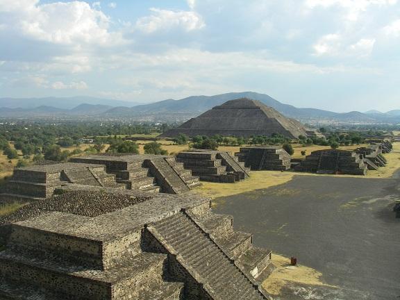 Blick von der Mondpyramide über Teotihuacan.