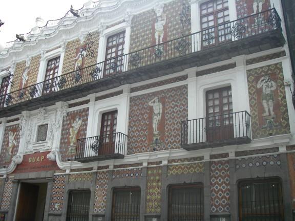 Haus mit typischen Kacheln in Puebla.