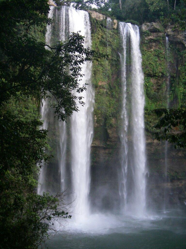 hoher Wasserfall von Misol Ha.