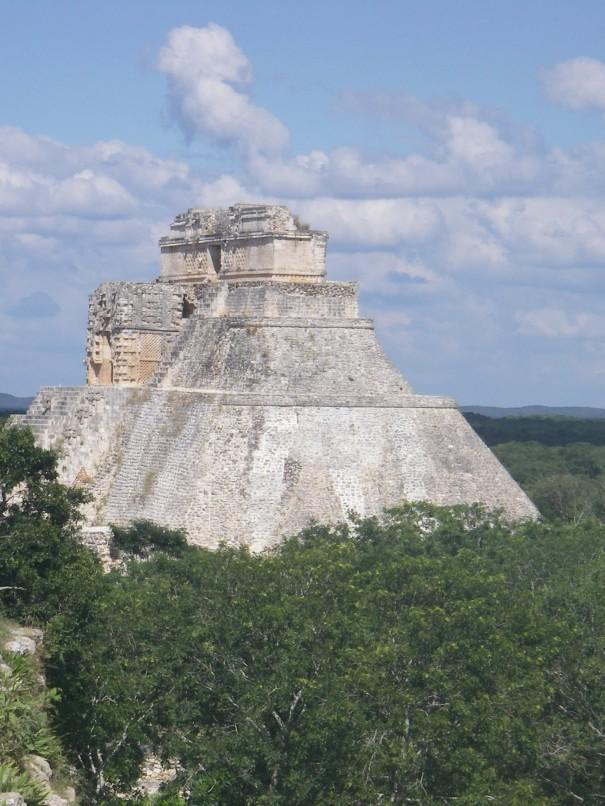 Pyramide von Uxmal ragt aus dem Dschungel.