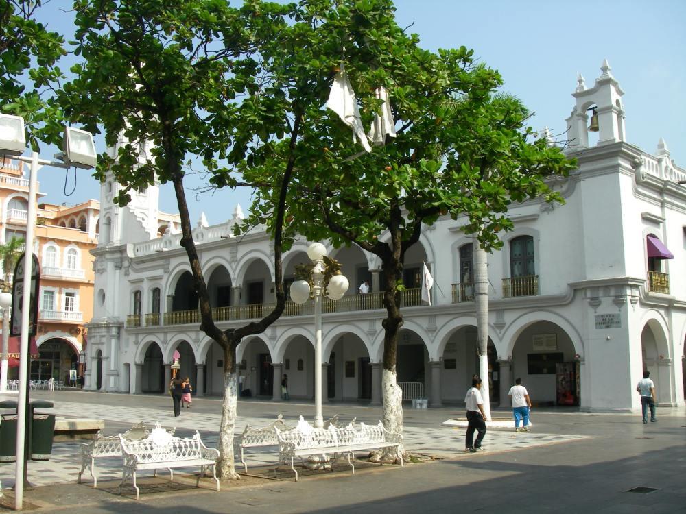 Platz mit Gebäude mit Arkaden in Veracruz.