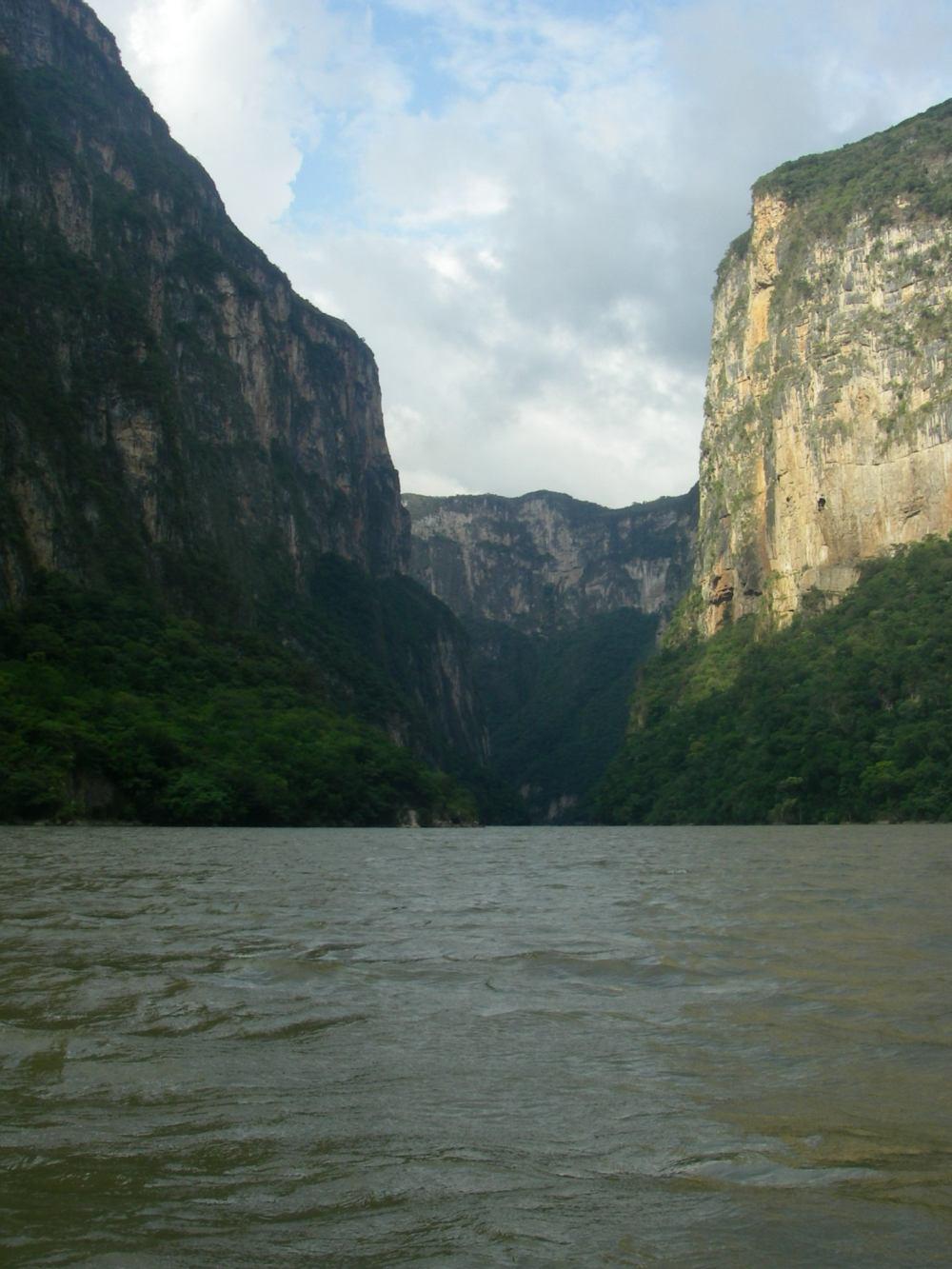 Fluss mit senkrechten Felswänden an den Ufern.