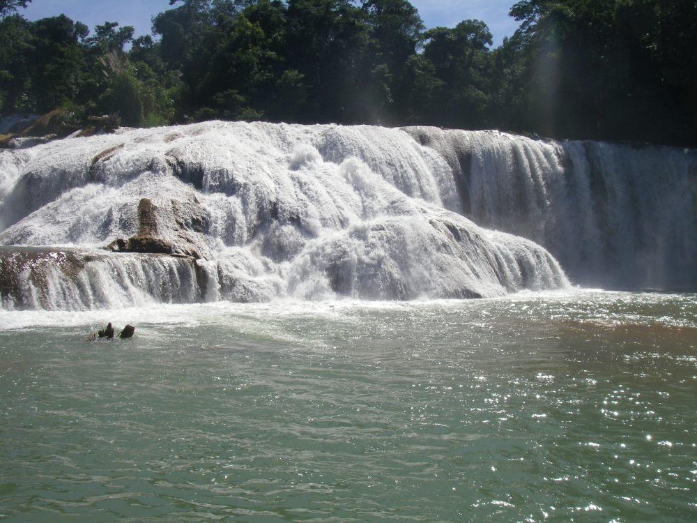 Breiter Wasserfall über mehrere Stufen.