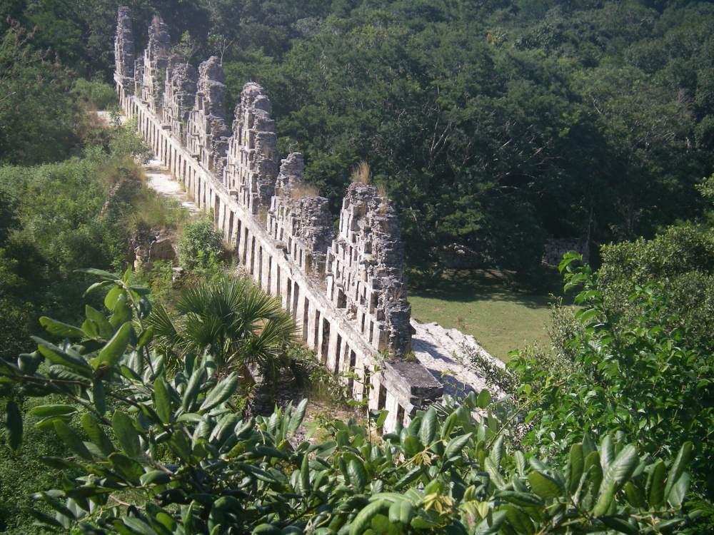 Steingiebel ragen aus dem Dschungel.
