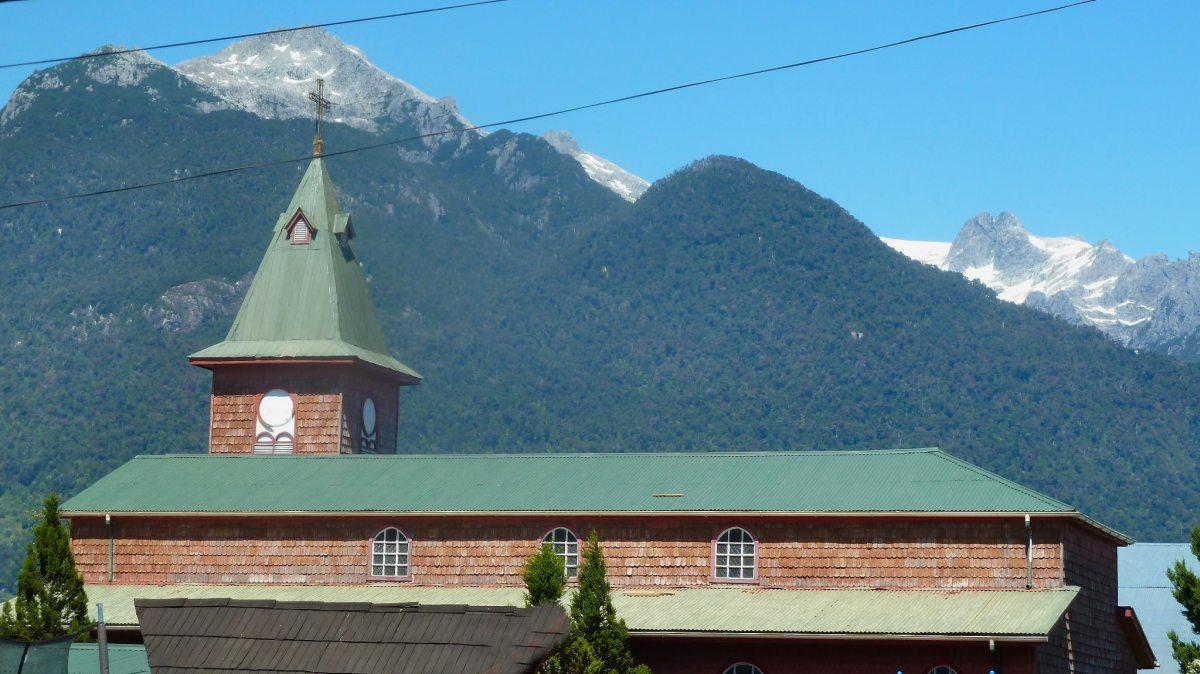 Holzkirche in Chile zu Weihnachten.