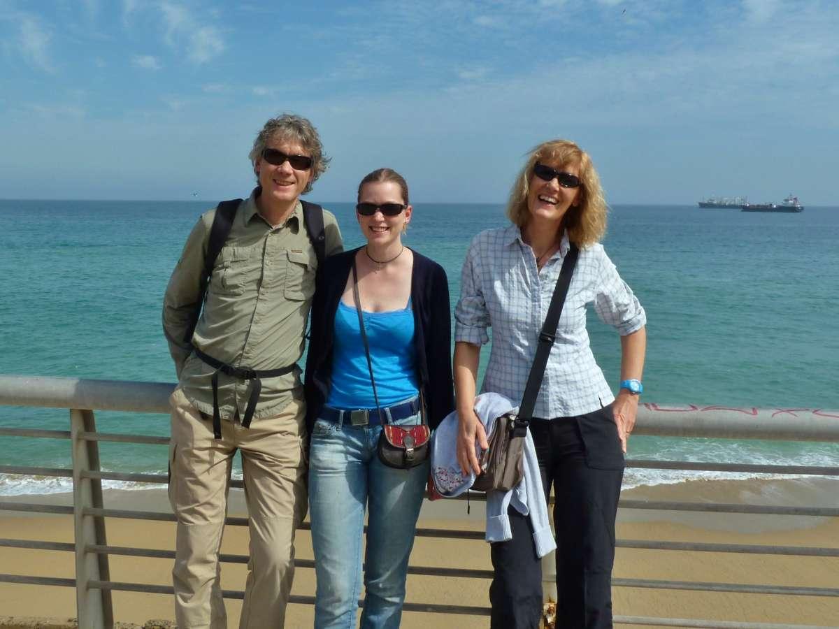 Marcus, Victoria und Gina an der Hafenpromenade