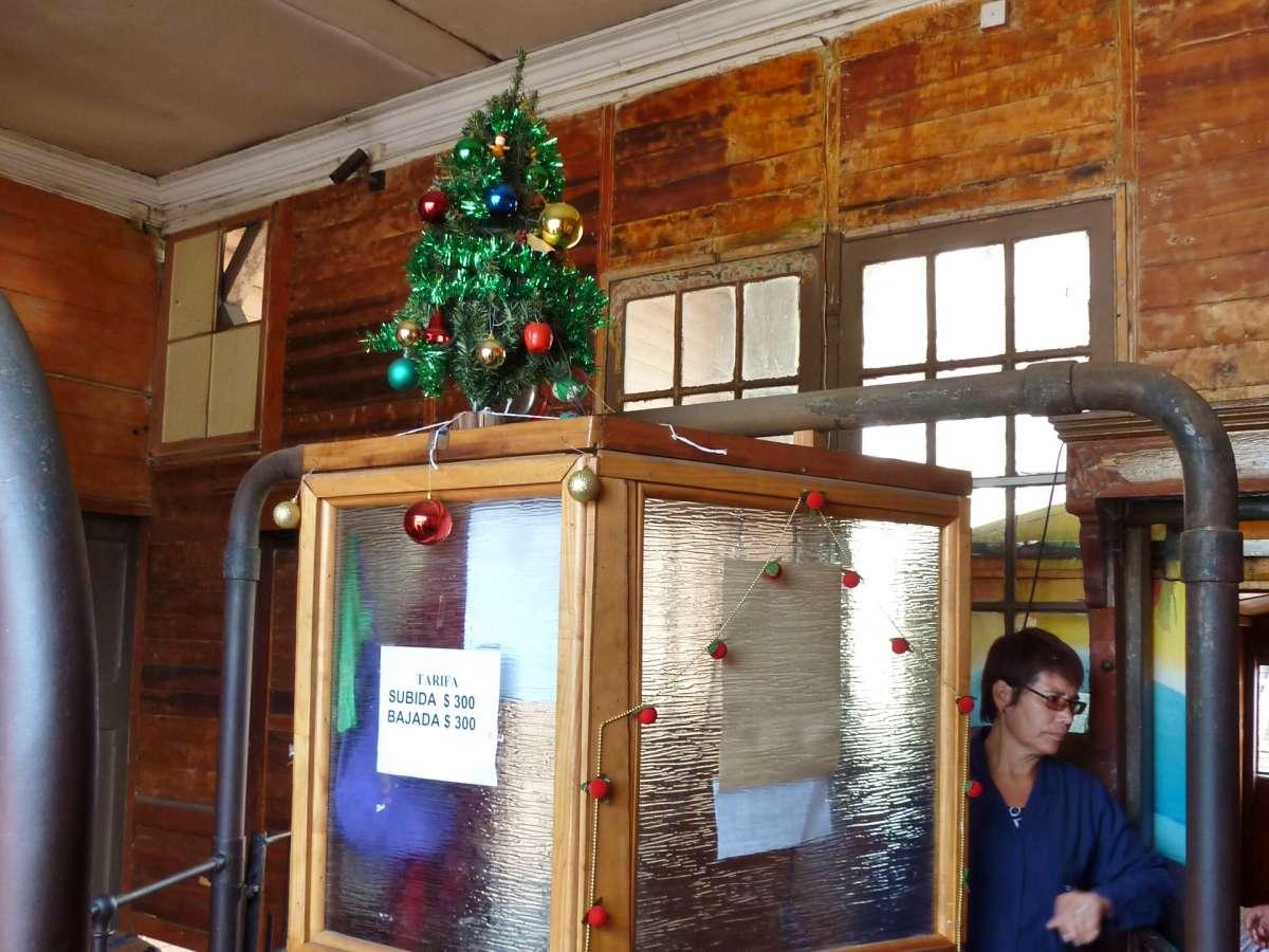 Kassenhaus mit kleinem Plastik-Weihnachtsbaum