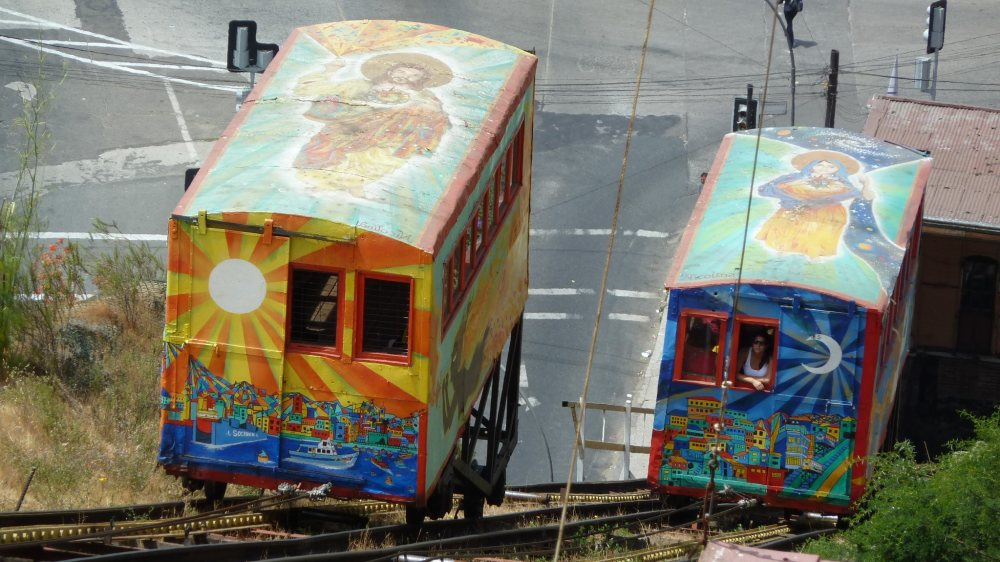 Bunte Ascensores in Valparaiso.