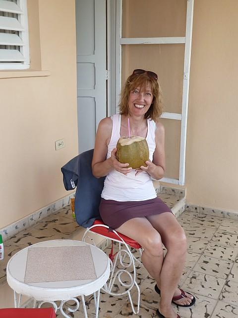 Frische Kokosnuss auf der Terrasse genießen