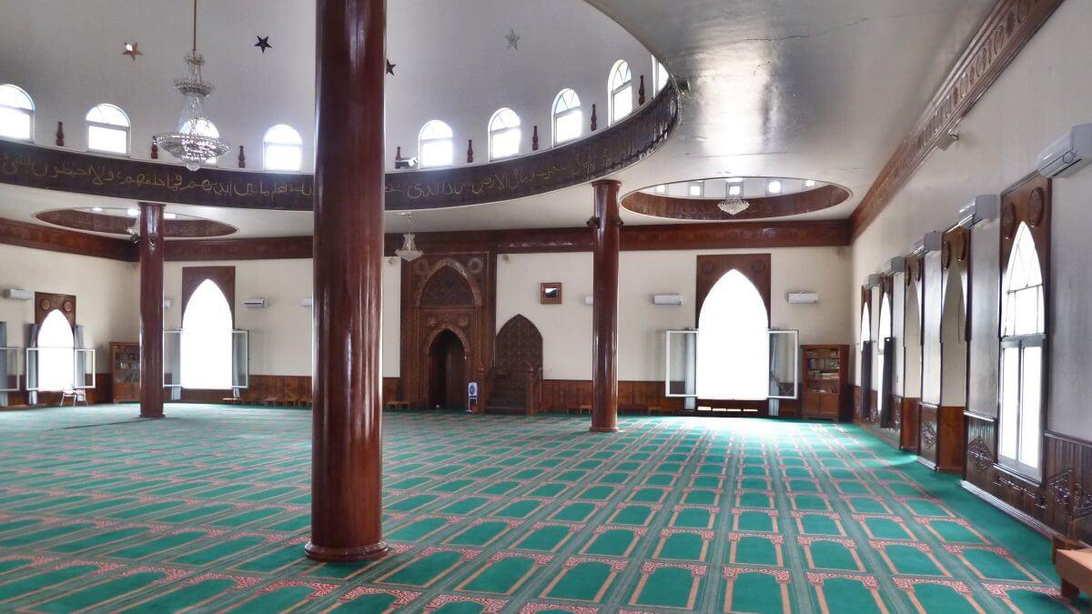 Gebetsraum der Moschee.