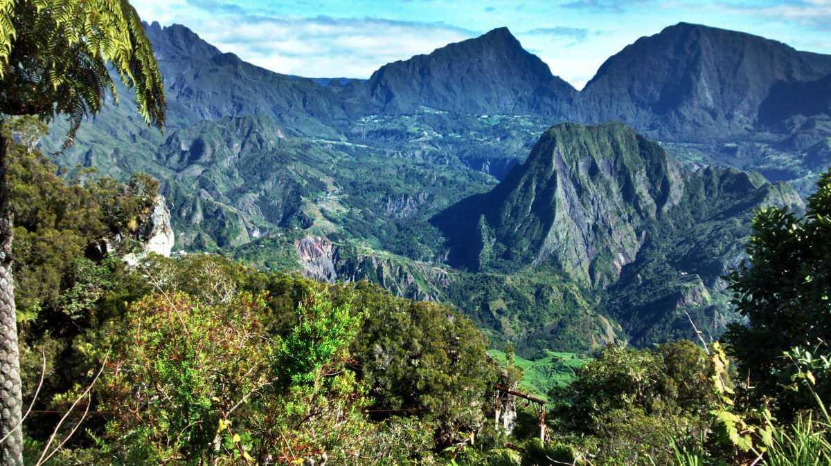 Talkessel von schroffen Bergen umgeben.