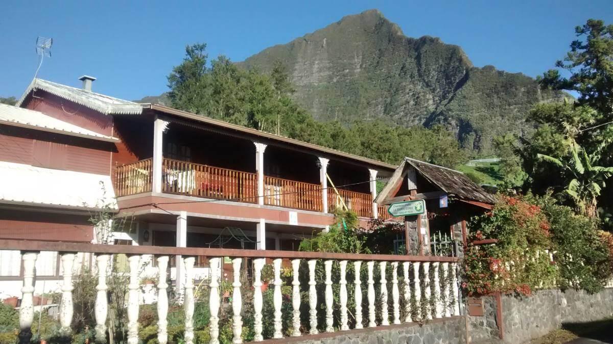 Holzhaus mit umlaufendem Balkon.