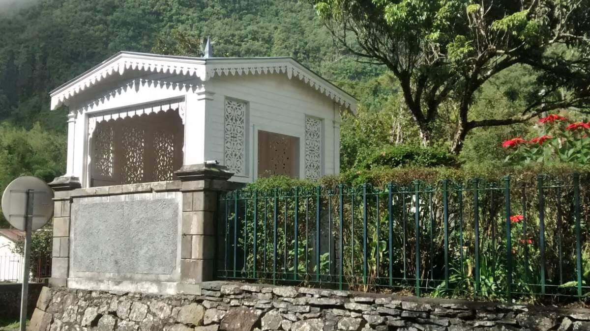 Weißer Holzpavillon.