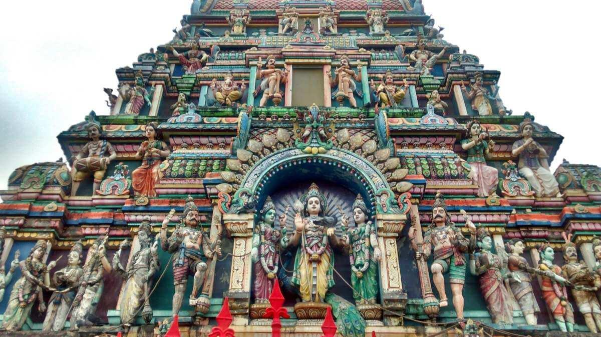 Tempel mit vielen bunten Figuren.