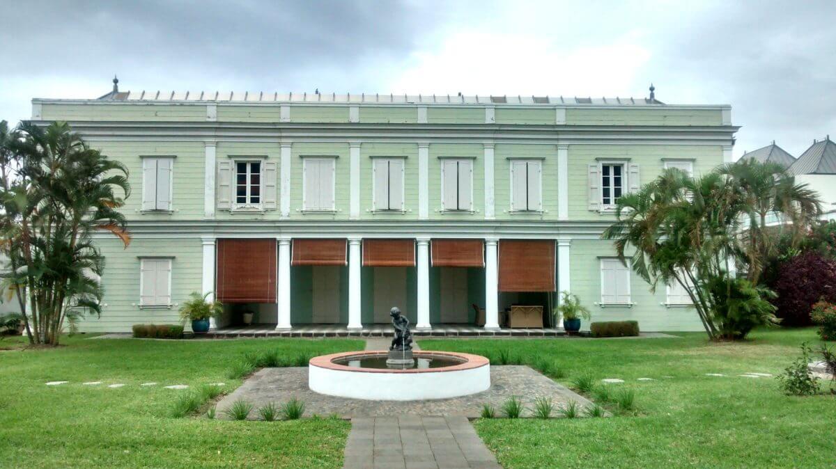 Großes kreolisches Haus mit Veranda.