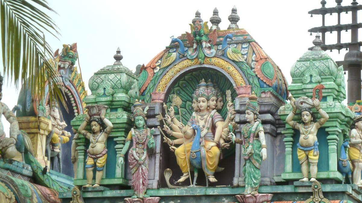 Figur mit vielen Armen und Köpfen am Hindu-Tempel.