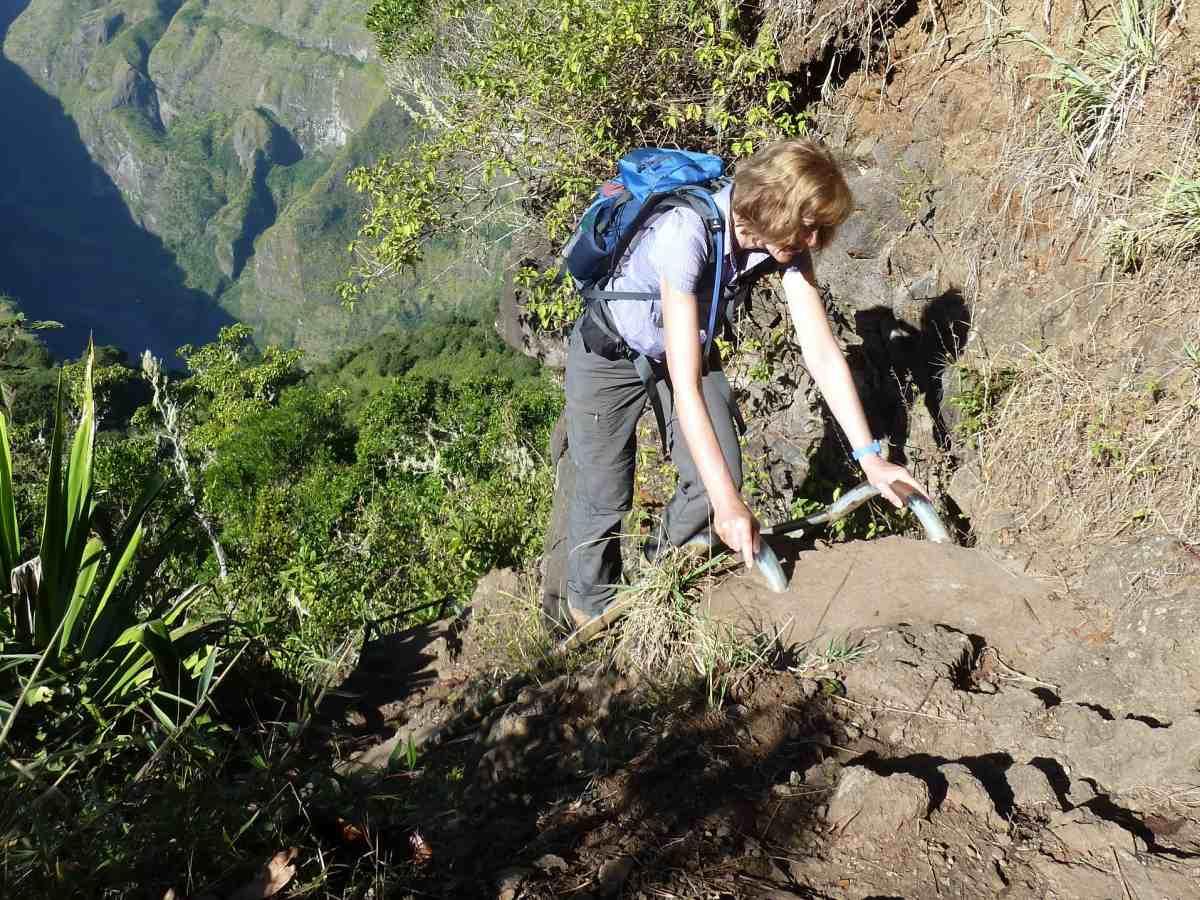Gina klettert am Ende der Leiter hoch.