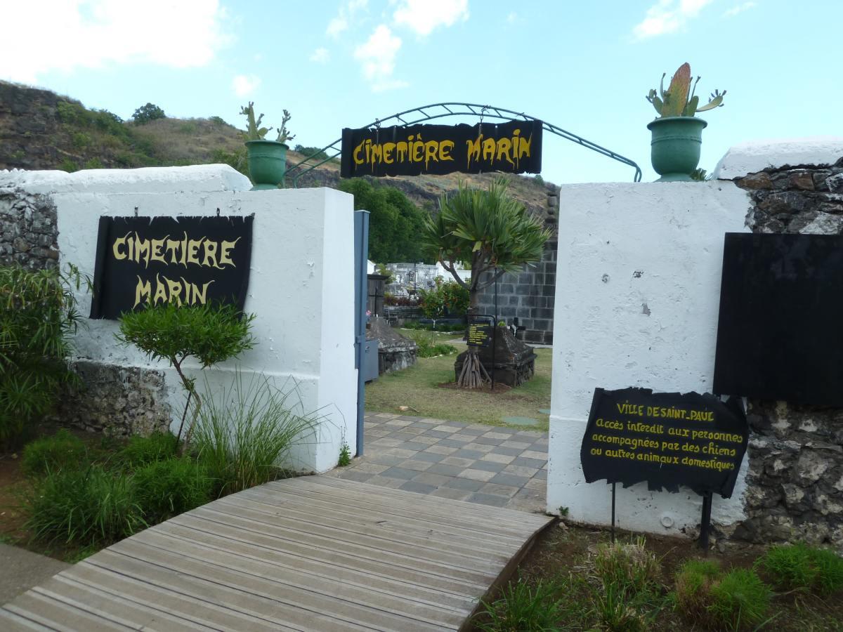 Eingang zum Friedhof.