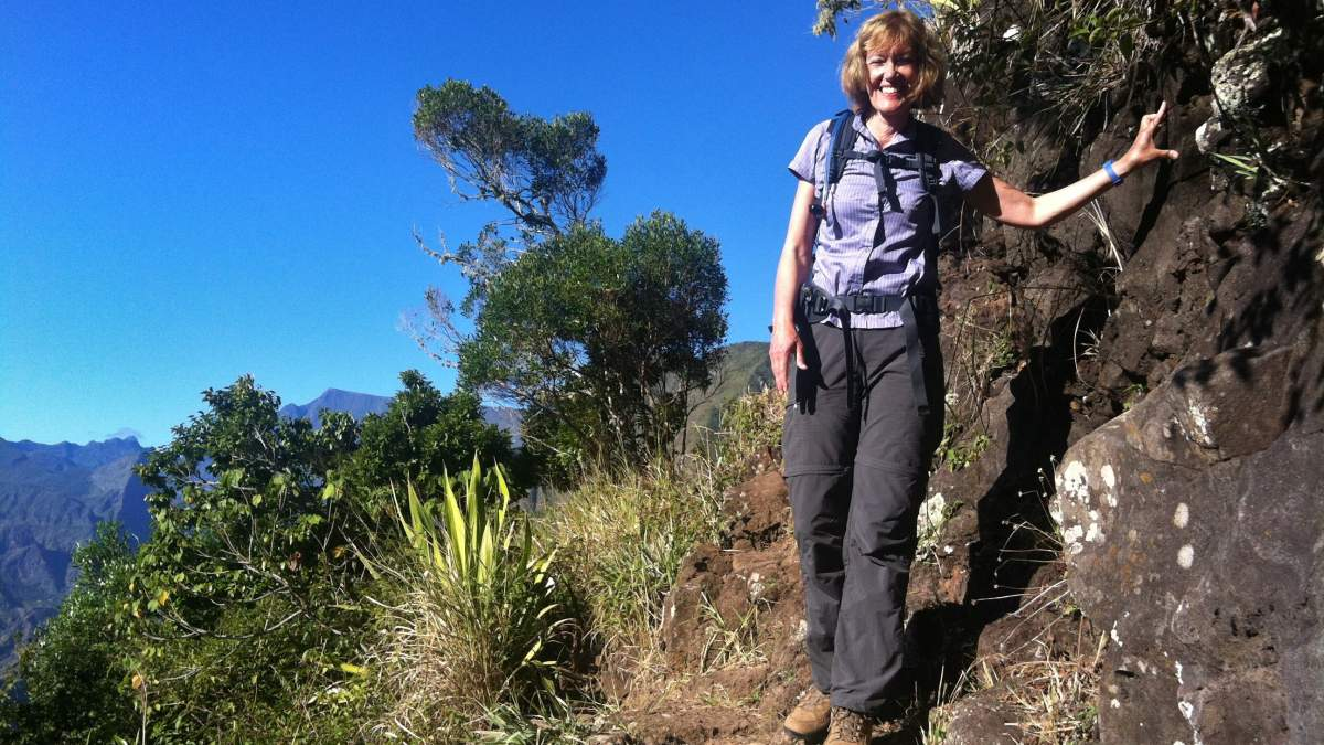 Gina auf schmalem Weg am Berghang.