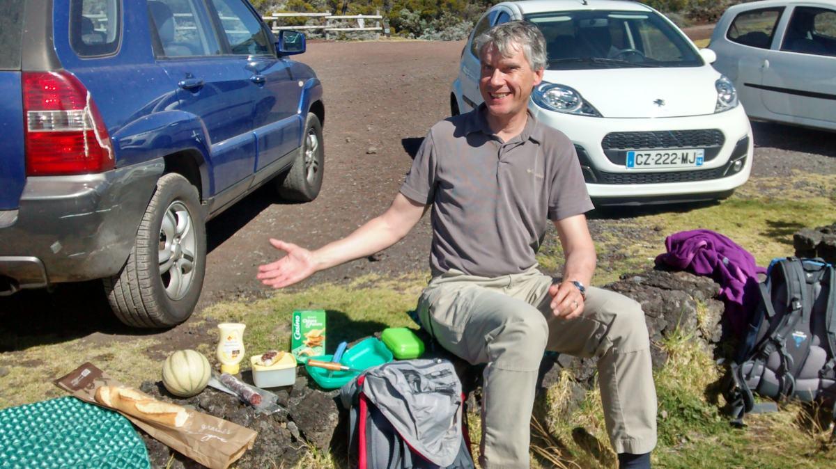 Picknick auf einem Mäuerchen.
