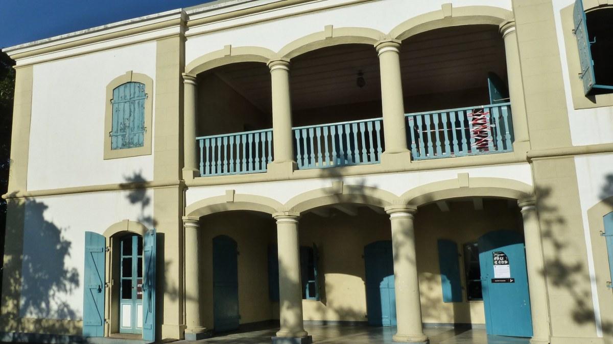 Herrenhaus mit Veranda und Balkon.