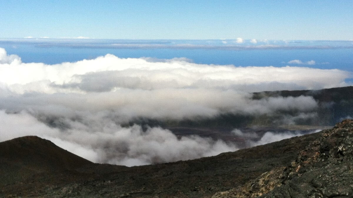 Blick über die Wolken bis zum Meer.