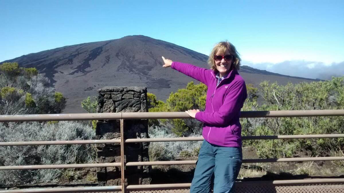 Gina zeigt auf den Gipfel des Vulkans.