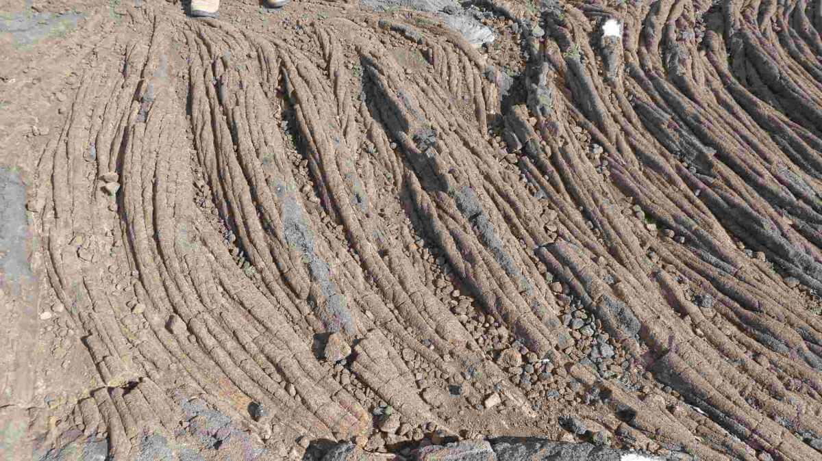 Erstarrte Lava, die wie Bündel von Stricken aussieht.