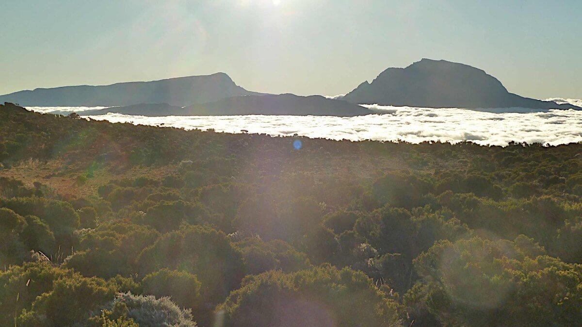 Berggipfel durchstoßen die Wolkendecke.