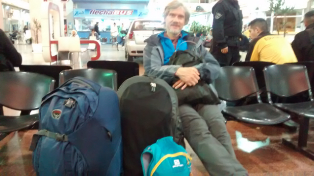 Mit Sack und Pack warten am Busbahnhof