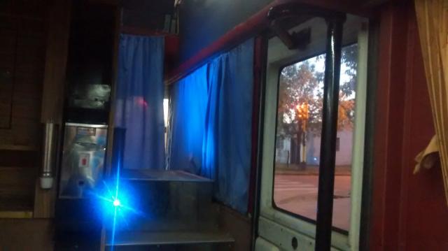 Nachts im Bus. Die Treppe führt rechts nach oben und geradeaus runter in die Fahrerkabine
