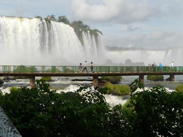 Steg vorne, Wasserfall hinten