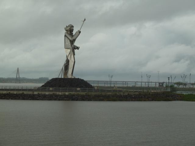 Schon aus der Ferne riesig: Andrecito-Skulptur
