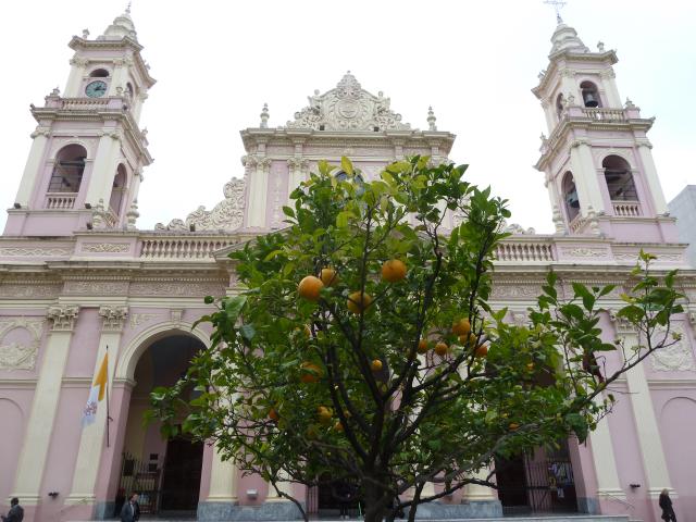 Kirche und Orangenbäume