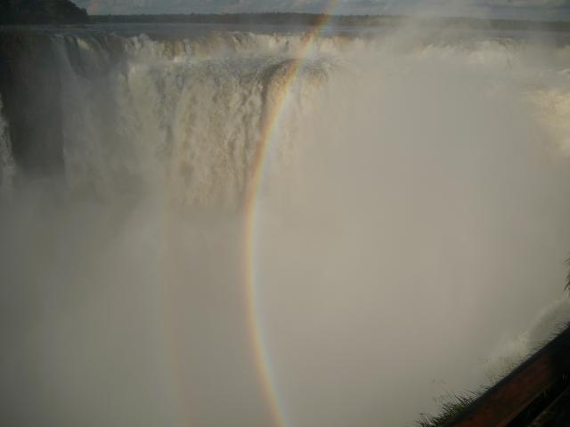 Wasser, Gischt und Regenbogen