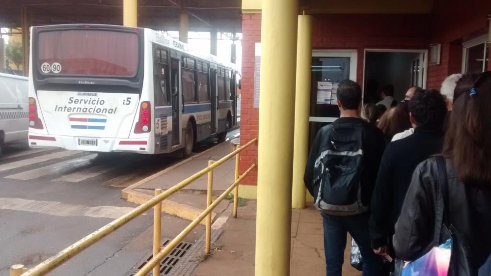 Bus steht an der Grenzkontrolle nach Paraguay.