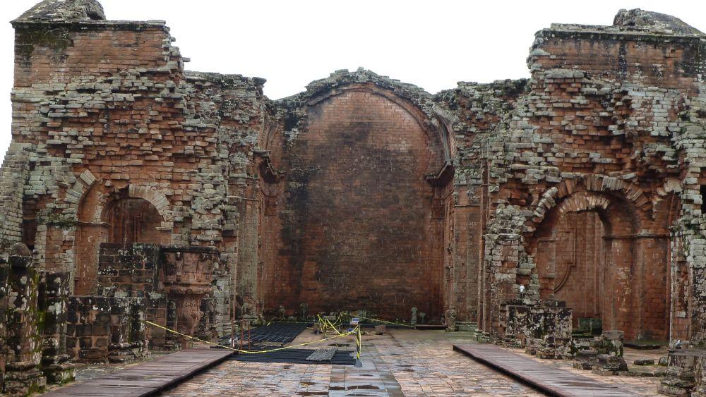 Ruine der Kathedrale ohne Dach.