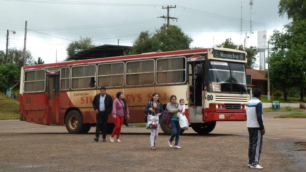 Staubbedeckter Bus.