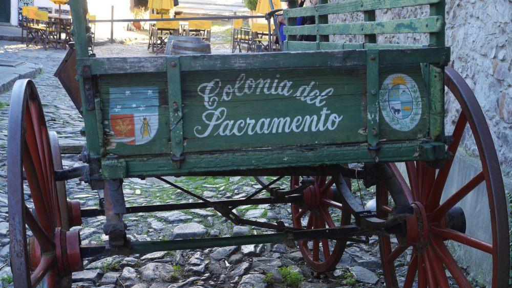 Holzkutsche mit Aufschrift Colonia del Sacramento