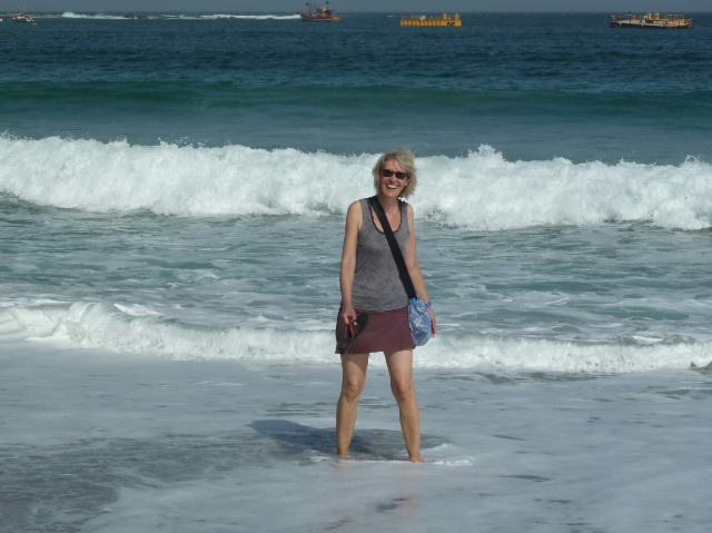 Gina mit den Füßen im Meer.