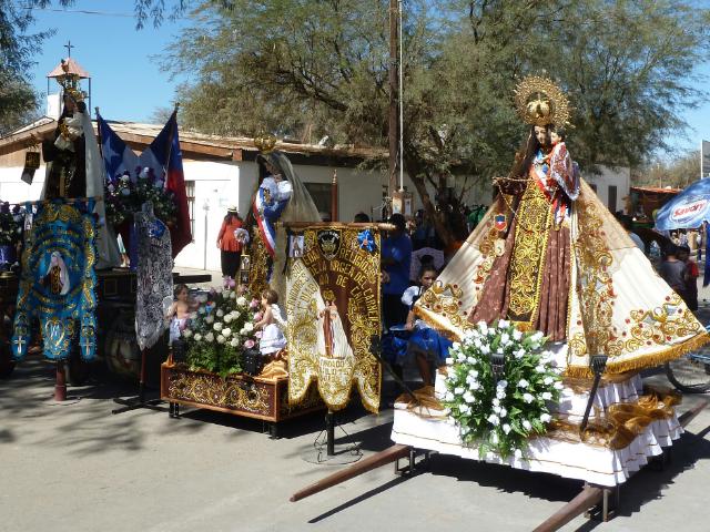 Drei Prozessionsschreine mit Marienstatuen.